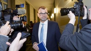 Pääministeri Juha Sipilä (kesk.) menossa hallituksen Oulun ja Helsingin epäiltyjen seksuaalirikostapauksia käsittelevään kokoukseen eduskunnassa Helsingissä 15. tammikuuta