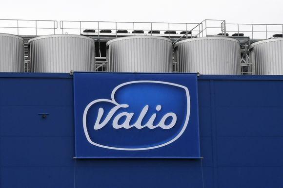Valion logo tehdasrakennuksen seinässä.