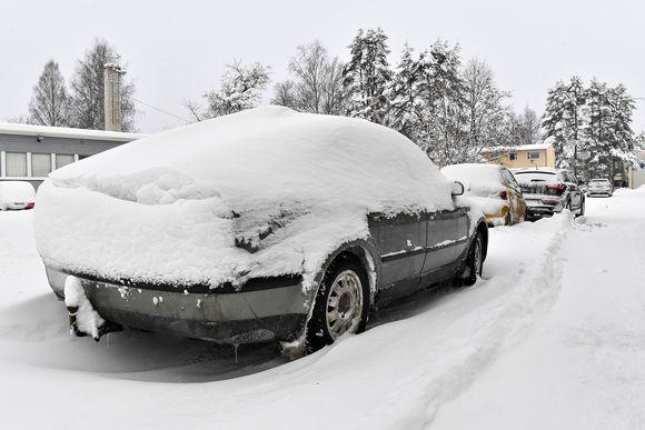 Autoit ovat peittyneet lumen alle.