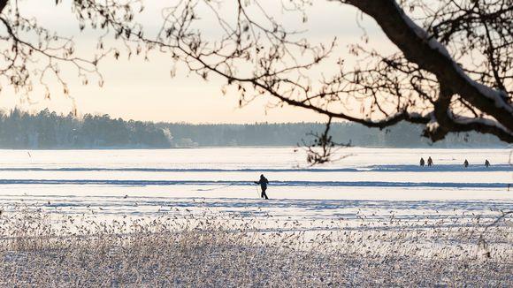 Ihmisiä meren jäällä