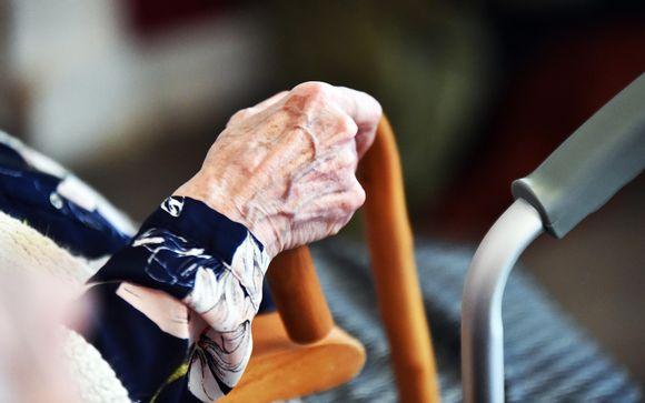 vanhan naisen käsi ja rollaattori