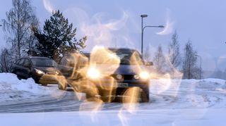autoja lumisessa liikenteessä