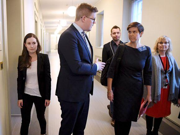 DP:n varapuheenjohtaja Sanna Marin (vas) ja eduskuntaryhmän puheenjohtaja Antti Lindtman ja muita.