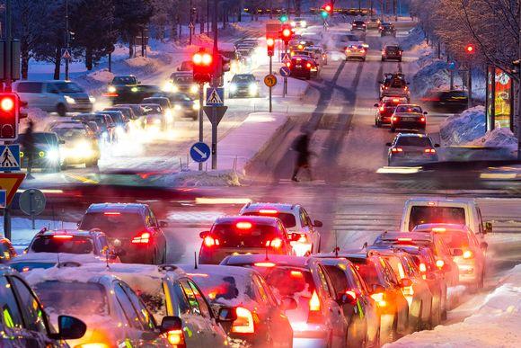 Liikennettä Oulun Limingantullissa.