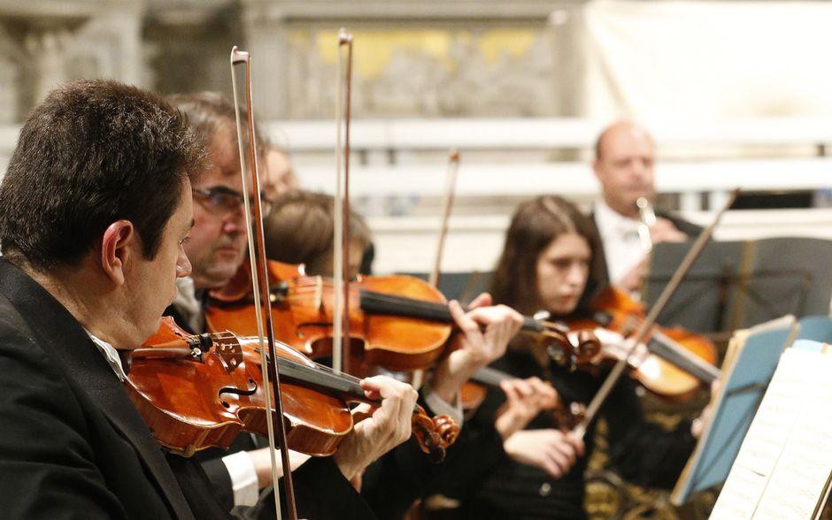 viulistit soittavat konsertissa