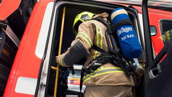 Palomies ja -auto pelastusasemalla.