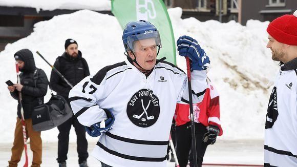 Presidentti Sauli Niinistö (kesk.) Save Pond Hockeyn järjestämässä pipolätkäturnauksessa .