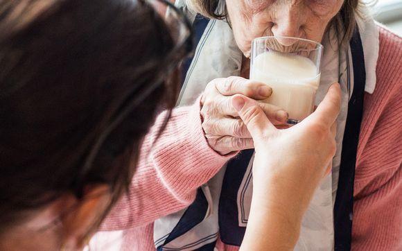 vanhukselle juotetaan maitoa