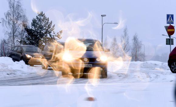 Liikennettä lumisateessa