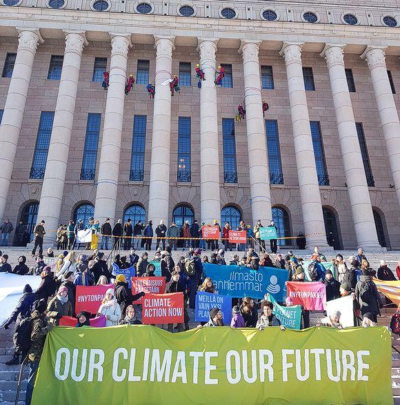 Greenpeacen mielenosoitus eduskuntatalon edustalla