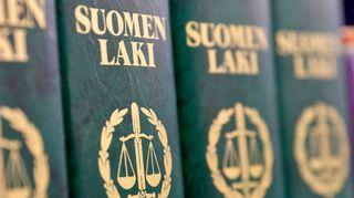 lakikirjoja hyllyssä