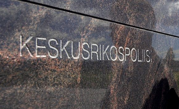 keskusrikospoliisin logo seinässä