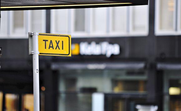 Taksitolppa Kelan toimiston edustalla Helsingissä.