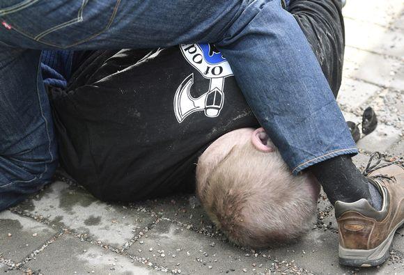 Soldiers of Odin -takkinen mies yritti lyödä ulkoministeri Timo Soinia.