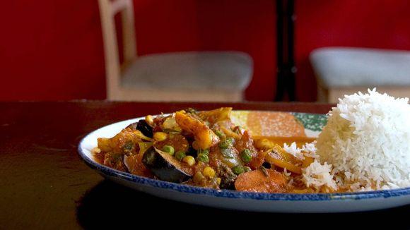 Ruoka-annos lautasella ravintolassa.