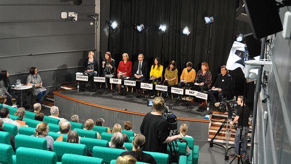 Puolueiden edustajia vaalikeskustelussa.