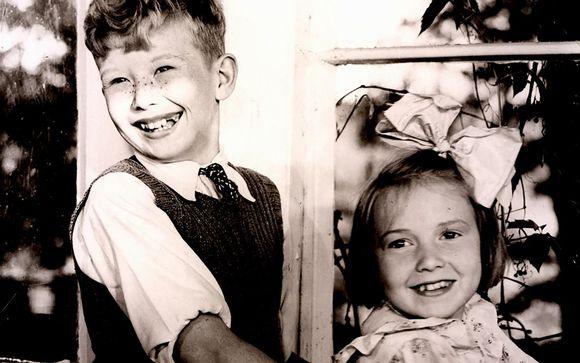 Lasse Pöysti Suomisen Ollina vuonna 1941. Ollin siskoa Pipsaa esitti Maire Suvanto.