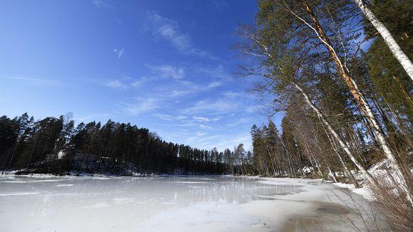 Sulaa jäänpintaa Vierumäellä Heinolassa 29. maaliskuuta.