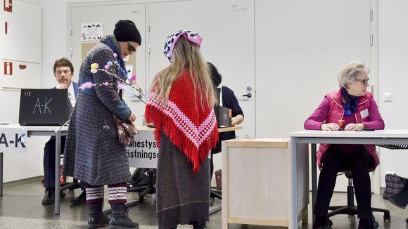 Ihmiset äänestivät eduskuntavaaleissa Helsingin kantakaupungissa sunnuntaina 14. huhtikuuta.