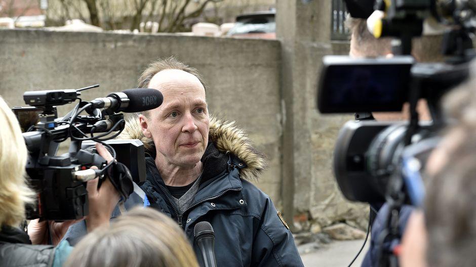 Jussi Halla-Aho median haastateltavana ennen äänestämistään Elias-koulussa Eirassa 14. huhtikuuta.