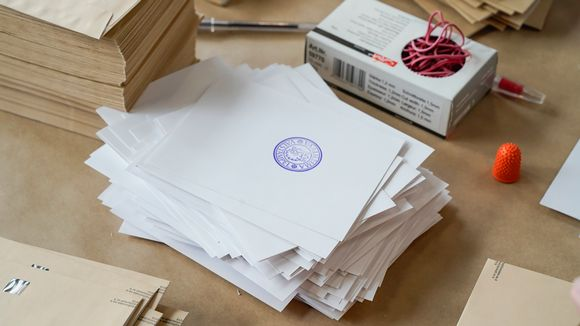 Äänestyslippukkeita pöydällä.