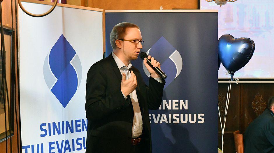 Simon Elo puhuu sinisten vaalivalvojaisissa.