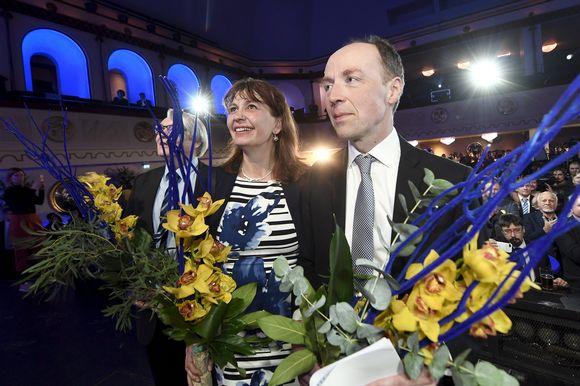 Perussuomalaisten puoluesihteeri Riikka Slunga-Poutsalo ja puheenjohtaja Jussi Halla-aho puolueen vaalivalvojaisissa Helsingissä.