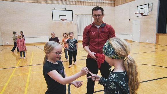 WAU ry:n liikuntakoordinaattori Tuomas Kosunen ohjaa lapsia liikunkerhossa Rovaniemen Kokenkylän koulun liikuntasalissa.