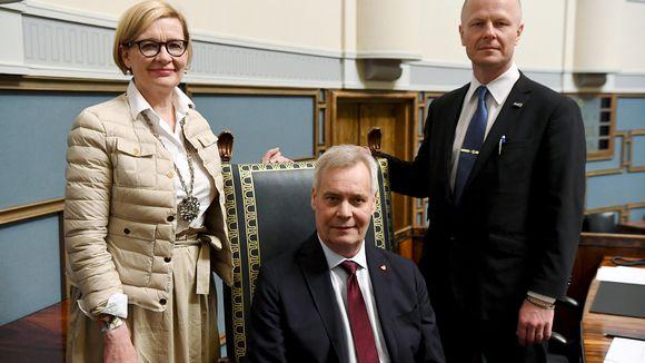 SDP:n puheenjohtaja Antti Rinne valittiin eduskunnan puhemieheksi, perussuomalaisten Juho Eerola (oik) valittiin ensimmmäiseksi varapuhemieheksi, kokoomuksen Paula Risikko valittiin toiseksi varapuhemieheksi.