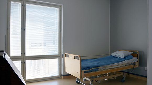 Tyhjä sairaalasänky vanhusten palvelutalossa.