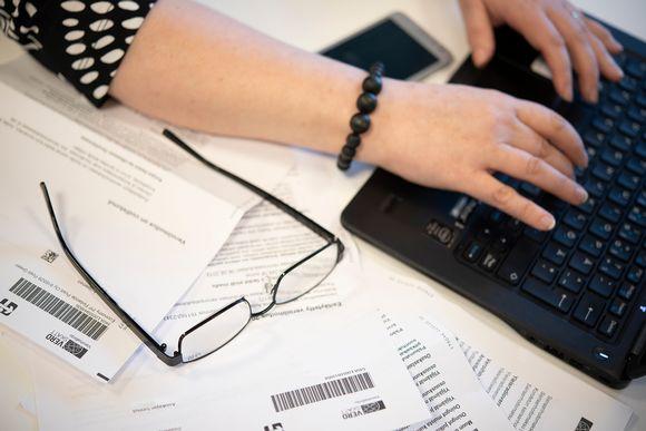 Nainen tutkii veroilmoitusta