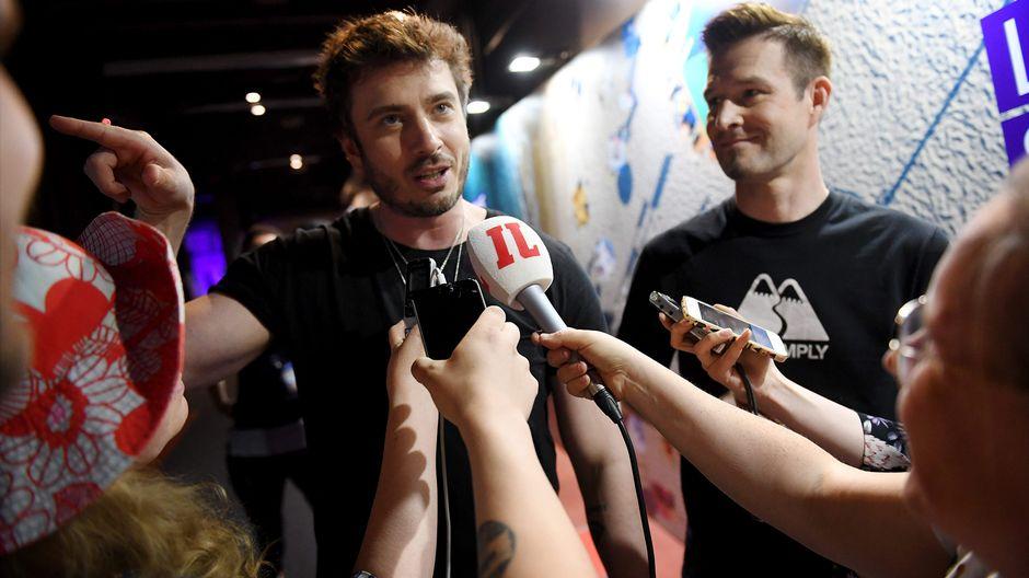Ville Virtanen ja Sebastian Rejman lehdistön haastateltavana Tel Avivissa 13. toukokuuta.