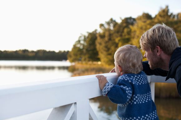 isä ja lapsi seurasaaren sillalla