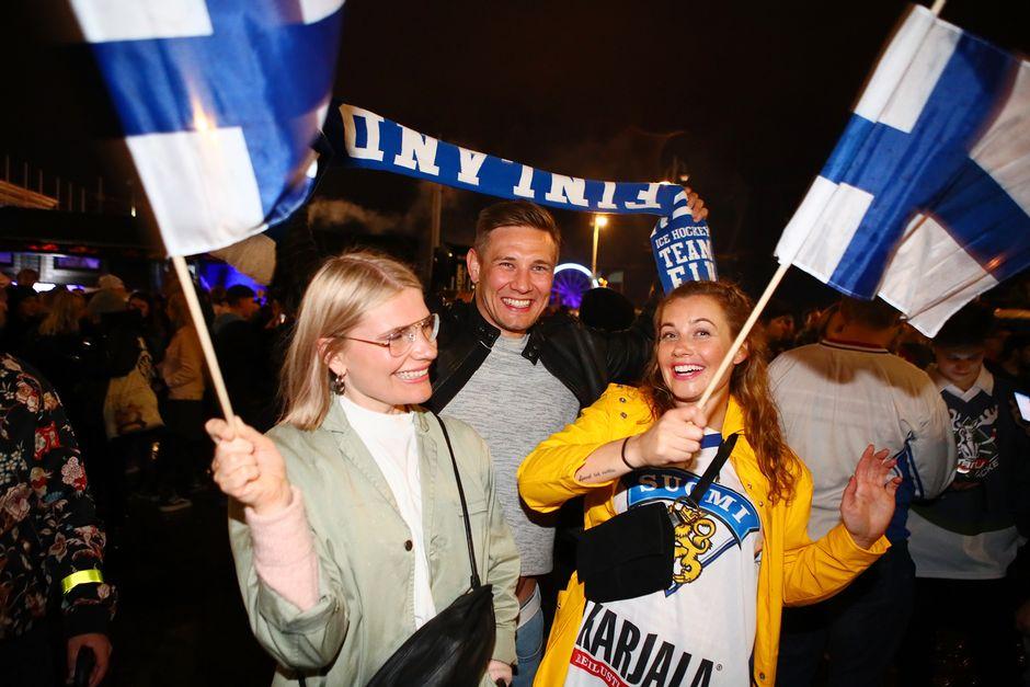 Maailmanmestaruuden juhlintaa Havis Amandan patsaalla.