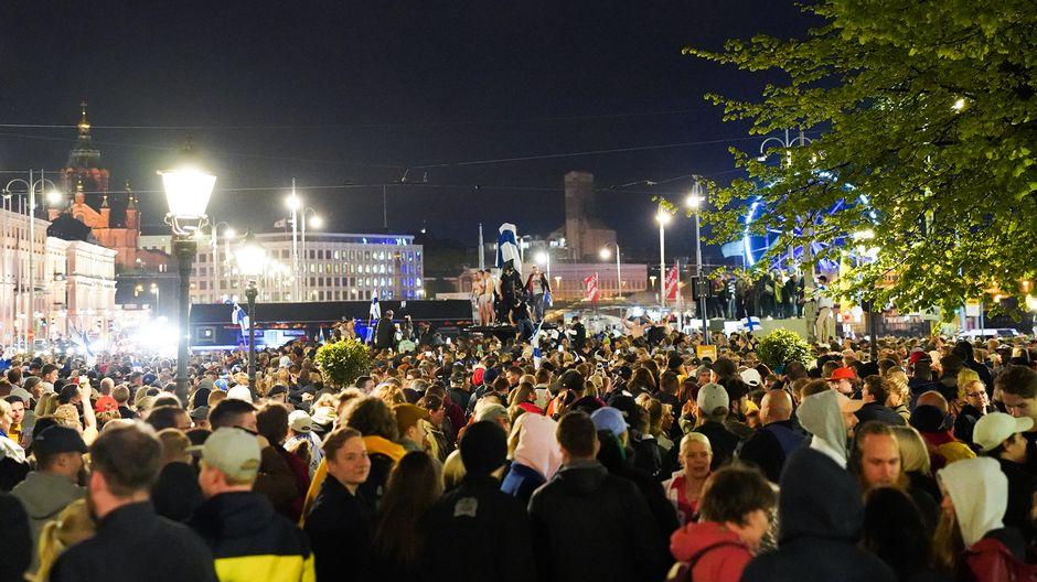 Suomalaiset juhlivat torilla maailmamestaruutta.