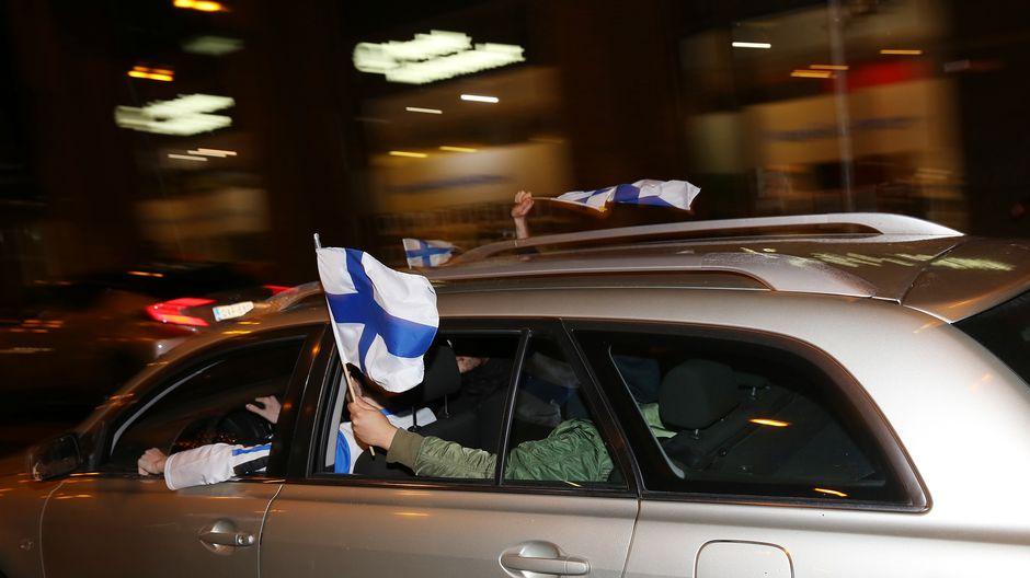 suomen liput liehuvat autosta