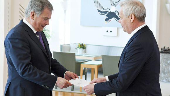 Tasavallan presidentti Sauli Niinistö (vas.) ja eduskunnan väliaikainen puhemies, SDP:n puheenjohtaja ja tuleva pääministeri Antti Rinne tapaavat presidentin virka-asunnolla Mäntyniemessä Helsingissä 6. kesäkuuta 2019.