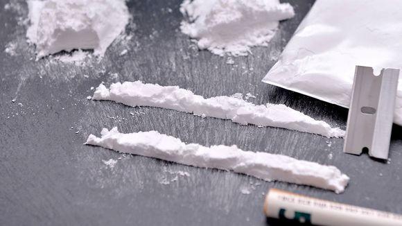 Kokaiinikasoja pöydällä.