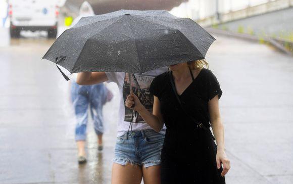 Ihmisiä vesisateessa Tampereella 8. kesäkuuta 2019.