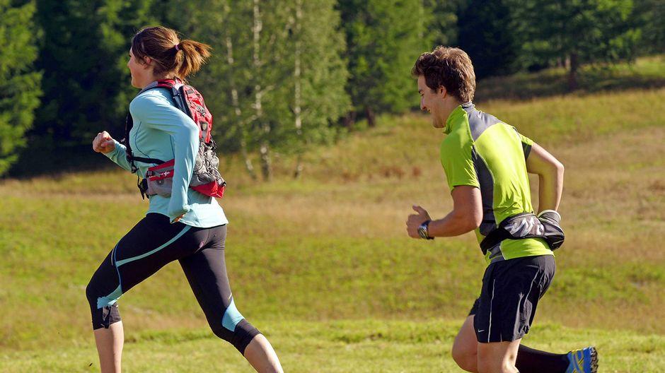 Mies ja nainen juoksulenkillä