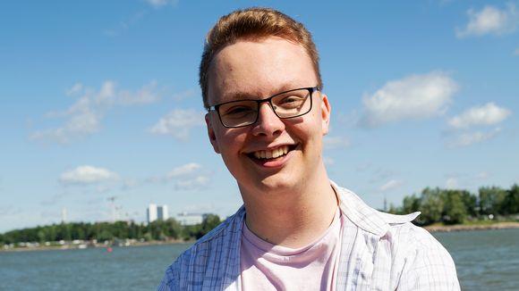 SAKKI Ry:n puheenjohtaja Elias Tenkanen 8 minuuttia- ohjelman haastateltavana Hietaniemen rannalla