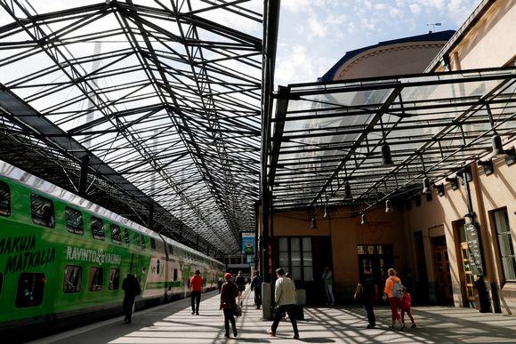Ihmisä rautatieasemalla Helsingissä.