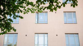 ikkunoita kerrostalossa eerikinkadulla Helsingissä