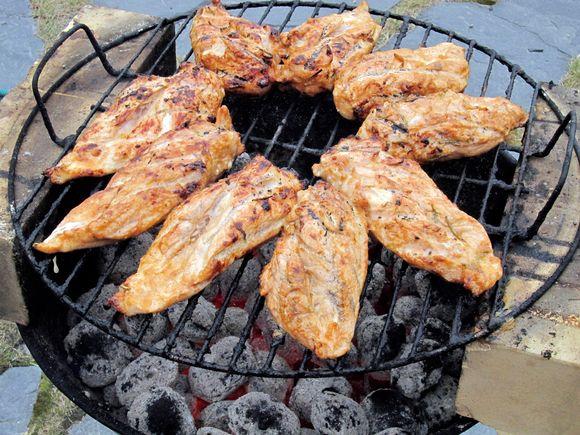 Broilerin rintafileitä grillissä.