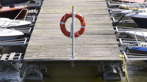 Pelastusrengas Munkkiniemen venesatamassa Helsingissä.