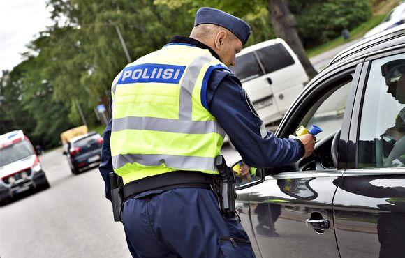Poliisi pitää puhallusratsiaa Helsingissä 10. heinäkuuta 2018.