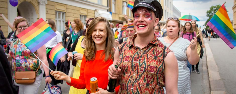 ihmisiä pride-marssilla