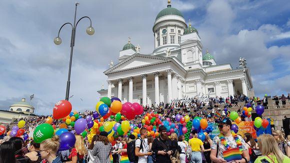 Pride-kulkueen osanottajia kokoontumassa Senaatintorille.