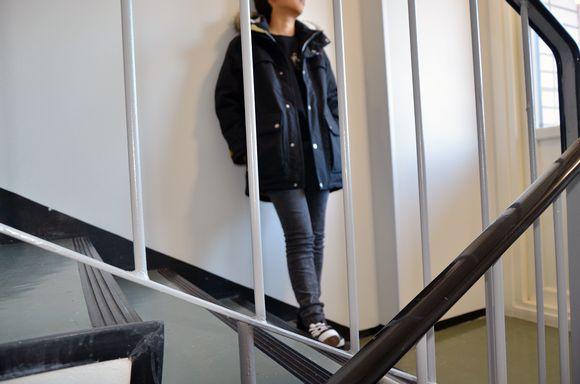 Nuori seisoo rappukäytävässä.