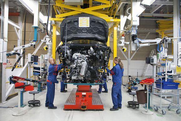 Työntekijöitä autotehtaalla Uudessakaupungissa.